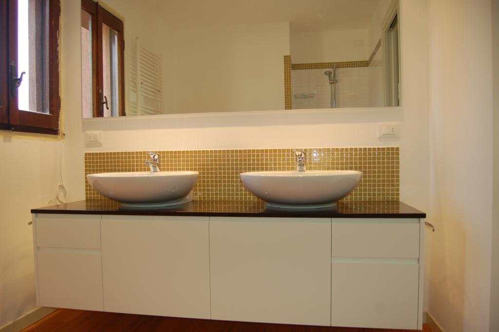 Mobile Bagno Doppio Lavabo Classico: Mobile lavabo doppio laccato in stile classico con cassetti ...