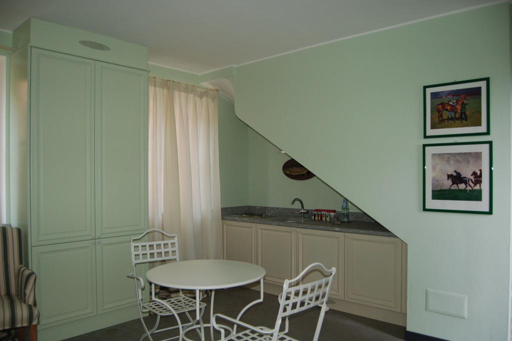 Soggiorno sottoscala arredamenti di design realizzati su - Arredare sottoscala soggiorno ...