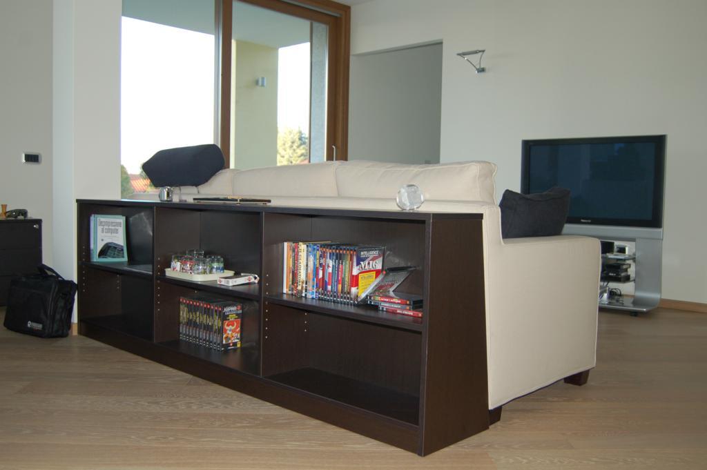 Mobili dietro divano colori per dipingere sulla pelle for Disposizione mobili soggiorno